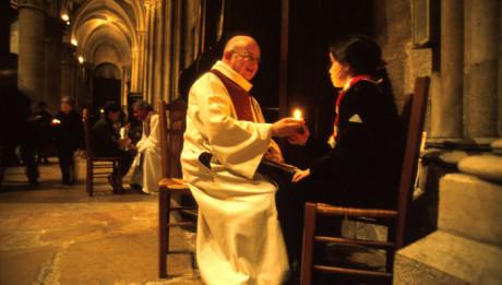 Dijon (Côte d'Or) : Veillée de prière et de réconciliation pour les jeunes dans la cathédrale Saint Bénigne - Confessions