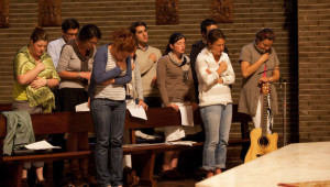 13 avril 2011: Les jeunes d'Anuncio animent la célébration de pénitence et de réconciliation à la paroisse Saint Louis des Français de Madrid. Une dizaine de jeunes d'Anuncio (7 Français, 1 Anglaise, 1 Espagnol et 1 Colombienne) vivent en communauté depuis octobre 2010 à la Casa Anuncio pour un an de vie de prière et de formation sur la foi catholique, et d'apostolat en organisant le Festival Anuncio aux JMJ. Madrid, Espagne.
