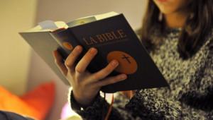 28 janvier 2014 : Adolescente lisant la Bible, France.  January 28, 2014 : Teenager reading the Bible, France.