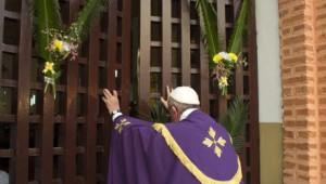 29 novembre 2015 : Voyage apostolique du pape François en Afrique. Le pape François ouvre la porte sainte de la cathédrale de Bangui, dans un geste solennel pour la paix en Centrafrique et quelques jours avant l'ouverture du Jubilé de la Miséricorde. Bangui, République Centrafricaine. DIFFUSION PRESSE UNIQUEMENT  EDITORIAL USE ONLY. NOT FOR SALE FOR MARKETING OR ADVERTISING CAMPAIGNS. November 29, 2015: Pope Francis opens the Holy Door at the Cathedral of Bangui, Central African Republic.