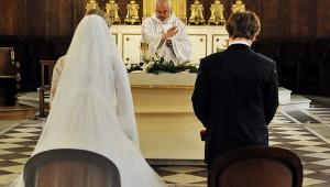 mariés de dos devant l'autel