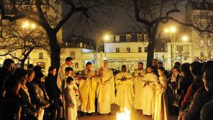 30 mars 2013 : Feu sur le parvis, lors de la viigile pascale. Paroisse Saint-Ambroise, Paris (75) France.  March 30, 2013 : Easter vigil in Saint-Ambroise parish. Paris (75), France.