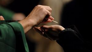 14 novembre 2007: Communion lors de la messe des étudiants qui, traditionnellement, marque le début de l¿année universitaire des jeunes catholiques franciliens, Notre Dame de Paris (75), France.