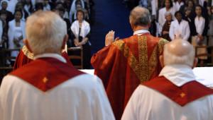 1er juin 2008 : Prière eucharistique lors de la messe présidée par Mgr Olivier de Berranger, évêque de Saint-Denis, pour la confirmation d'adultes à la basilique de Saint-Denis (93), France.