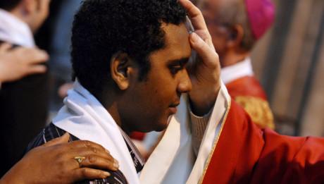 1er juin 2008 : Onction avec le saint chrême des confirmands lors des confirmations d'adultes à la basilique de Saint-Denis (93), France.