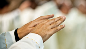 18 octobre 2015 : Mains d'un prêtre durant la prière eucharistique, lors de la messe . Rome, Italie.  October 18, 2015: Mass, hands of a priest during the Eucharistic prayer. Rome, Italy.