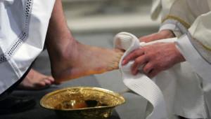 05 avril 2007, Benoît XVI essuie les pieds d'un homme au début de la célébration du Jeudi Saint en la Cathédrale Saint Jean de Latran, Rome, Italie.