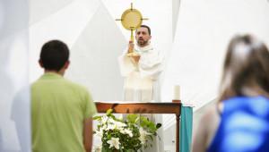 """6 août 2015 : Adoration du Saint sacrement lors du festival """"Welcome to Paradise"""", organisé par la communauté du Chemin Neuf, qui a rassemblé 2000 jeunes du monde entier à l'abbaye d'Hautecombe, Eglise de l'abbaye d'Hautecombe, Saint-Pierre-de-Curtille (73), France."""