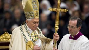 Benoît XVI lors des vêpres à l'issue de la semaine de prière pour l'Unité des chrétiens en la bas.