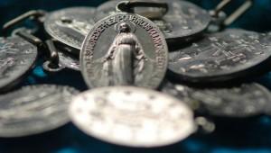 8 septembre 2005 : Médailles miraculeuses comportant sur une face la Vierge et sur l'autre le monogramme de la Vierge, Notre-Dame de la médaille miraculeuse, Paris (75), France.