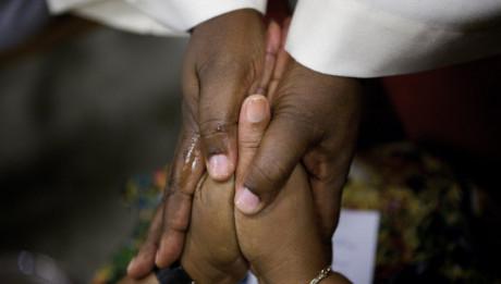 14 Août 2009 : Onction des mains, Sacrement des Malades lors du pèlerinage national, bas. Saint Pie X, Lourdes (65), France.