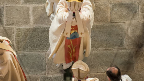 12 avril 2015 : Ordination épiscopale de Mgr Luc CREPY en la cathédrale Notre Dame de l'Annonciation. Imposition des mains par  Mgr Hippolyte SIMON, arch. de Clermont. Le Puy-en-Velay (43), France.  April 12, 2015: Newly ordained bishop Luc CREPY, during an ordination ceremony in Cathedral of Our lady of the Annunciation, Le Puy-en-Velay, France.