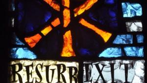 """Mai 2010: """"Resurrexit sicut dixit Alleluia"""" extrait du Regina Caeli et chrisme, Vitrail de la chap. de la Providence, Rouen (76), France.  May 2010: Stainglass, La Providence, Rouen, France."""