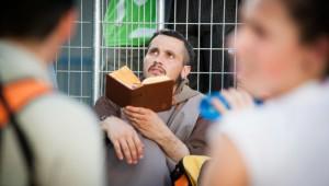 19 août 2011 : Moine lisant son bréviaire lors de la Via Crucis avec BXVI lors des JMJ 2011, Paseo de Recoletos, Madrid, Espagne.  2011 August 19th : Via Crucis with BXVI during WYD 2011, Paseo de Recoletos, Madrid, Spain