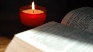 """""""La pensée intime, le coeur de chacun est un abîme"""" (Psaume 64,6) Bible et veilleuse."""