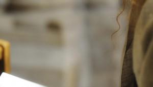 23 mars 2012: Mains de femme en prière avec un chapelet sur un livre de psaumes.Egl. Saint Pierre de Montmartre, Paris (75), France.  March 23rd, 2012: Woman's hands praying with a rosary on an open book of psalms. Saint Pierre de Montmartre Church, Paris (75), France.