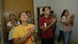 13 mars 2012 : Chaque soir de la semaine, après la messe, des « groupes de prières se forment exprimant souvent avec joie l'amour du Seigneur. La ferveur qui accompagne ces groupes de prières rappelle souvent celle des Evangélistes. Ils ont fait voeu d'obéissance, pour la plupart de chasteté et vivent le plus souvent, dans des maisons communautaires, différentes pour les hommes et les femmes. Salvador de Bahia, Brésil.  March 13, 2012: Shalom Community Church, Salvador de Bahia, Brasil.