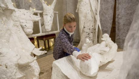 24 décembre 2013 : Enfant touche l'enfant Jésus dans la crèche lors de la messe de Noël. Eglise de la Trinité, Paris (75), France.  Decembre 24, 2013: Christmas Mass. Eglise de la Trinité, Paris, France.