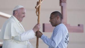 17 février 2016 : Le pape François recevant en cadeau une croix ,offerte par un prisonnier, lors de la visite à la prison Cereso 3 à Ciudad Juarez, Mexique. DIFFUSION PRESSE UNIQUEMENT.  EDITORIAL USE ONLY. NOT FOR SALE FOR MARKETING OR ADVERTISING CAMPAIGNS. February 17, 2016:  Pope Francis during his visit to the CeReSo n. 3 penitentiary in Ciudad Juarez, Mexico.