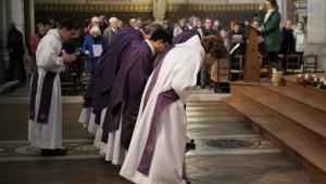 27 novembre 2016 : Célébration de la messe dominicale, 1er dimanche de l'Avent. Inclination profonde des prêtres et diacres devant l'autel. Paroisse Saint-Ambroise, Paris (75), France.