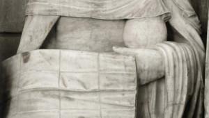 Sainte femme tenant un vase de parfum et le linceul, détail de la Mise au tombeau, groupe sculpté du 1er quart du XVIe s., égl. Saint-André, Joigny (89), Bourgogne, France.