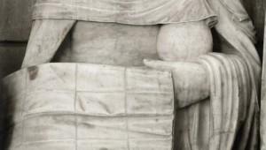 Ste femme tenant un vase de parfum et le linceul, détail de la Mise au tombeau, groupe sculpté du 1er quart du XVIe s., égl. Saint-André, Joigny (89), Bourgogne, France.