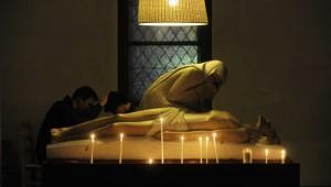 31 octobre 2009 : Confession lors de la veillée de prière dans l'égl. Notre-Dame du Travail pour Holywins. Paris (75) France.  October 31, 2009 : Holywins is the Catholic Ch. challenge to Halloween. With prayer vigil. Notre-Dame du Travail parish, Paris (75) France.
