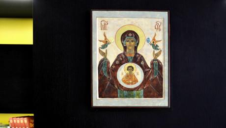 Juillet 2010 : Icône de la Vierge du Signe, chapelle de l'Auberge de Jeunesse Adveniat, oeuvre de la Congrégation des Assomptionnistes, dans le 8eme arrondissement de Paris (75) France.