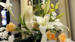 23 avril 2011: Décoration du cierge pascal, paroisse St Ambroise, Paris (75), France.  April 23, 2011: Preparation of Easter Vigil, parish Saint Ambroise, Paris (75), France.