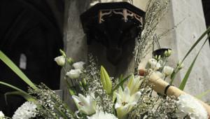 23 avril 2011: Décoration florale. Thérèse (67ans), compose les bouquets pour la paroisse Saint Séverin depuis 1987. Paris (75), France.  April 23, 2011: Flower arranging, Saint Séverin parish. Paris (75), France.