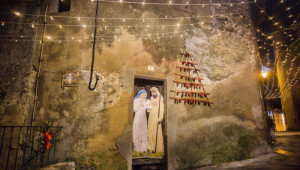 25 décembre 2015 : Représentation de la Sainte Famille et illuminations dans les rues du village de Ramatuelle, Var (83), France.  December 25, 2015: The Holy Family and illuminations in the streets of Ramatuelle, France.
