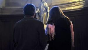 29 Novembre 2014 : Un couple prie devant une satue de la Vierge lors de la prière commune avant de partir en évangélisation de rue ( mission dans le quartier ), dans le cadre de la campagne de l'Avent 2014 initiée par le diocèse de Paris. Paroisse Sainte Trinité. Paris (75), France.  November 29th, 2014: Street evangelism for Advent 2014. Holy Trinity parish. Paris, France.