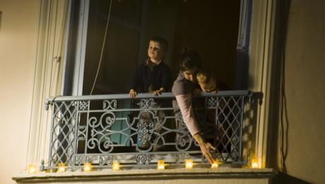 8 decembre 2010 : Les Lyonnais déposent des lumignons à leurs fênêtres lors de la fête de l'Immaculée Conception, Lyon (69), France.