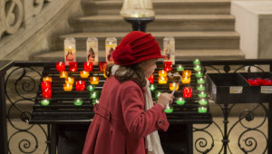 24 décembre 2013 : Enfant allumant une veilleuse Eglise de la Trinité, Paris (75), France  Decembre 24, 2013: Christmas Mass. Eglise de la Trinité, Paris, France.