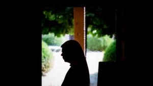 30 août 2016 : Soeur Isabelle se recueille pendant un temps de prière dans le monastère de l'Annonciation de Prailles (79), Nouvelle-Aquitaine, France.