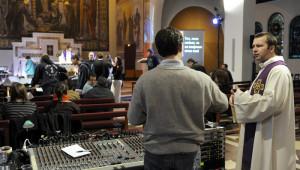 13 mars 2010: le P. Jean-François HELBECQUE, secrétaire et co-fondateur de l'association Alabanza, lors des derniers préparatifs avant la messe animée par les jeunes en formation et le groupe P.U.S.H. L'association Musica Dei et le groupe de rock P.U.S.H présentent Alabanza, une formation qui a pour but de promouvoir la musique chrétienne contemporaine et son expression dans l'Église. Egl.St-François d'Assise, Paris (75), France.  March 13th, 2010: The Christian rock band P.U.S.H organizes a formation in the liturgical animation for young catholics. Saint François d' Assise parish, Paris (75), France.