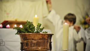 7 avril 2012 : Cuve baptismale, lors de la Vigile pascale, église Saint Rémy de Luneray (76), France.