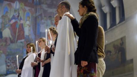 26 mars 2016 : Présentation des nouveaux baptisés avec leurs parrains et leurs marraines, lors de la célébration de la Vigile pascale. Paroisse Saint Ferdinand des Ternes, Paris (75), France.