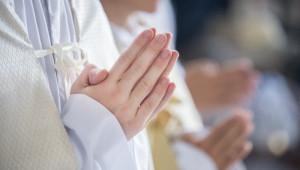 16 septembre 2018 : Mains jointes de servants de messe en prière. Nanterre (92), France.