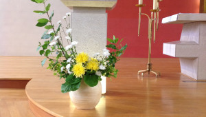 Eleagnus, chrysanthèmes tokyo jaunes, chrysanthèmes blancs et feuilles de bergenia.
