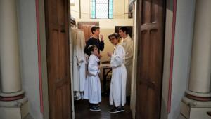 27 novembre 2016 : Des servants de messe dans la sacristie de l'église Saint-Ambroise à Paris (75), France.