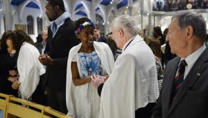 15 avril 2017 : Geste de paix entre nouveaux baptisés, lors de la célébration de la Vigile pascale. Egl. Saint Honoré d'Eylau à Paris (75), France.