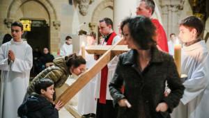 30 mars 2018 : Vénération de la croix, pendant la messe de la Passion du Christ lors du Vendredi Saint, en l'église Saint Antoine de Padoue. Le Chesnay (78), France.