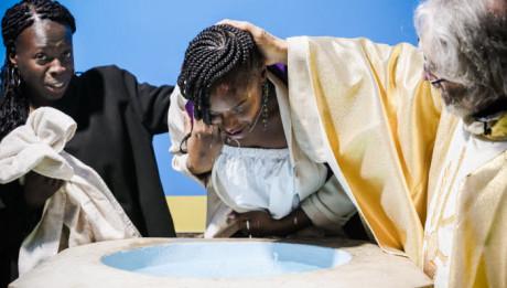 31 mars 2018 : Catéchumène recevant le baptême par immersion partielle lors de la vigile pascale en l'église Saint-Charles au Blanc-Mesnil (93), France.