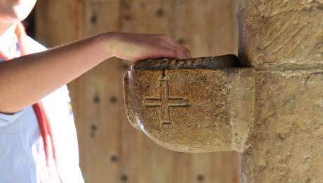 23 Mars 2014 : Main dans un bénitier. Collégiale Notre Dame. Poissy (78), France.
