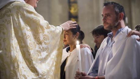 31 mars 2018 : Kim-Chloé, nouvelle baptisée, reçoit l'onction lors de la Vigile pascale. Paroisse Saint Ambroise, Paris (75), France.