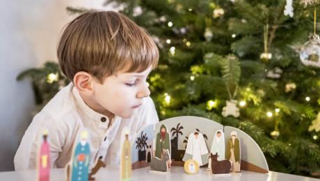 5 décembre 2018 : Illustration Noël. Petit garçon de 4 ans et demi regardant la crèche. France.
