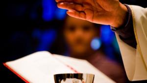 Bénédiction des offrandes eucharistiques lors de la messe.