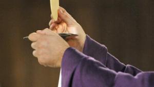 5 mars 2014 : Elévation eucharistique, lors de la célébration des Cendres, à la paroisse Saint-Denys du Saint-Sacrement, Paris (75) France.