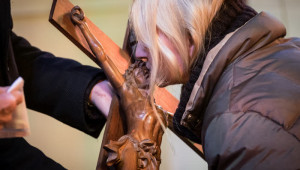 30 mars 2018 : Fidèle embrassant le crucifix lors de la célébration du chemin de croix, en l'église Saint Joseph du Pilier Rouge à Brest (29), France.